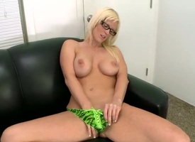 Young milf Kailee pigeon-holing herself
